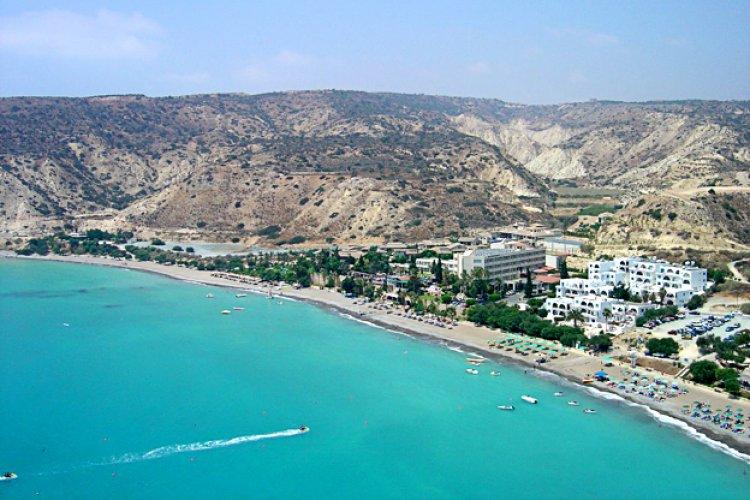 احدي شواطئ قبرص