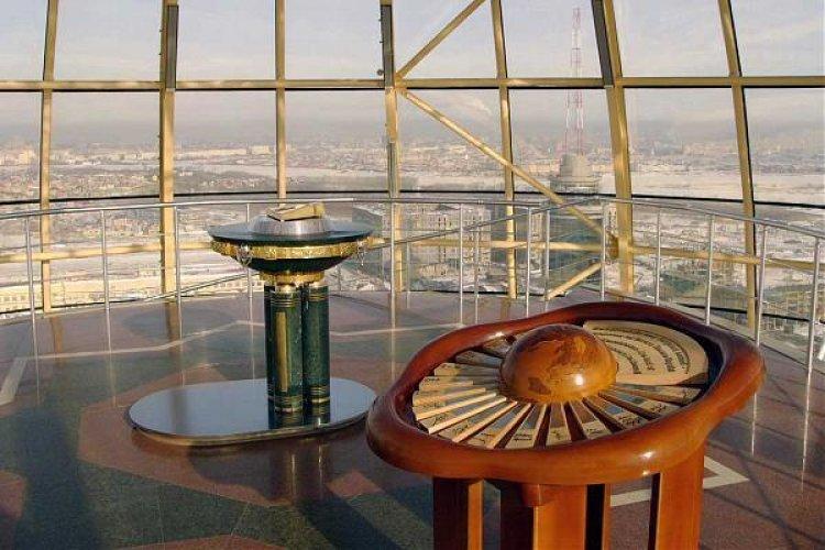 المجسم الخشبي الذي يتضمن نحت خشبي للكرة الأرضية في برج بايتيريك