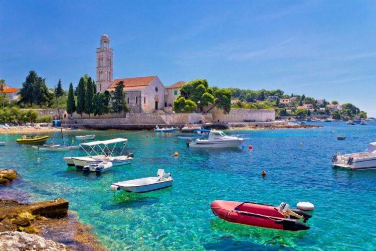 الشواطئ الجميلة المتلالئة في جزيرة هفار في كرواتيا