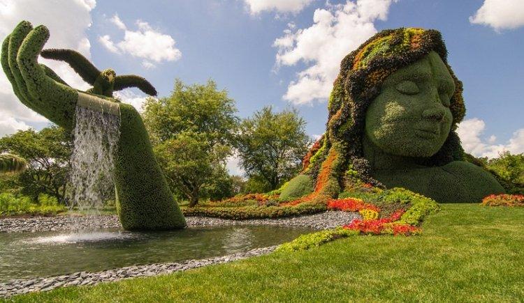 تمثال لسيدة من النباتات