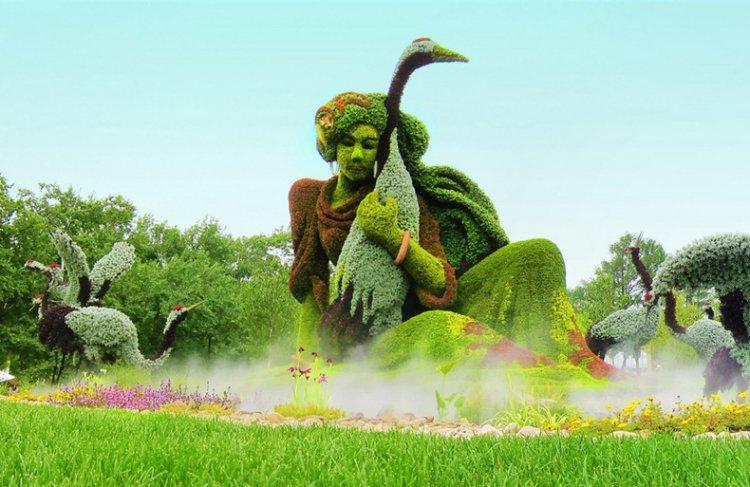 تمثال رجل يعزف من النباتات
