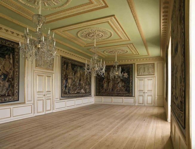 من داخلقصر املينبورج