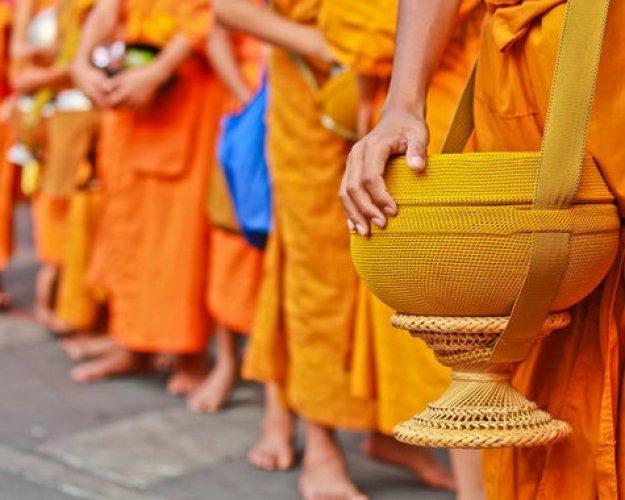 جوالات التصدق في المعابد البوذية في لوانغ برابانغ