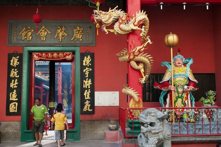 تمثال الرجل يقف فى مقدمة المعبد