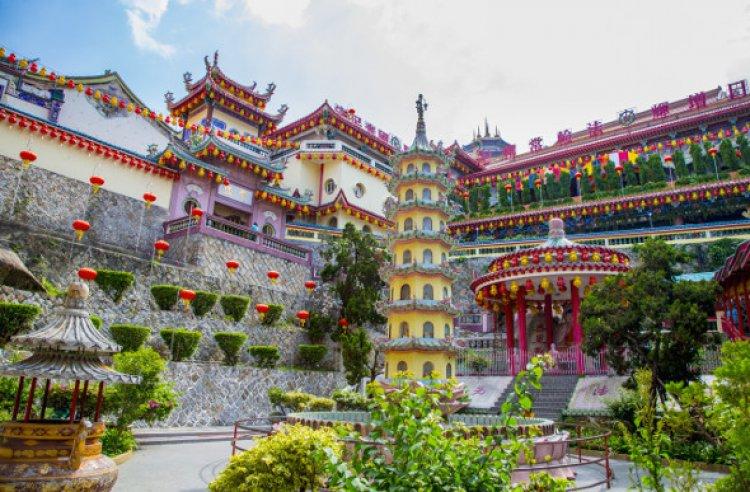 معبداً بوذا الكبير والمتعدد الالوان في هضبة جزيرة بينانج