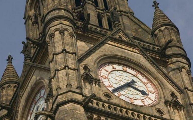الساعة الرائعة والهندسة المعمارية الجميلة