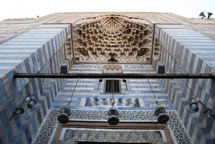 مكتبة وضريح في مسجد المؤيد شيخ
