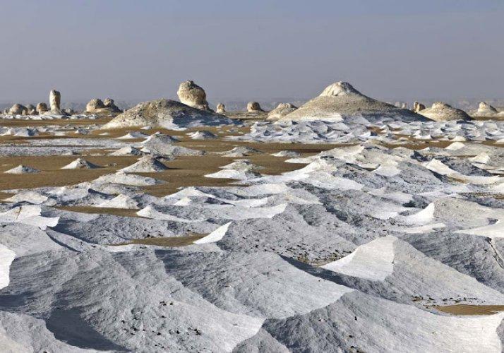 الصحراء البيضاء ترتدي رداء ابيض ناصع البياض في جميع أرجائها