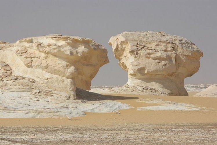 تشكيلات رملية رائعة زادت من جمال الصحراء البيضاء