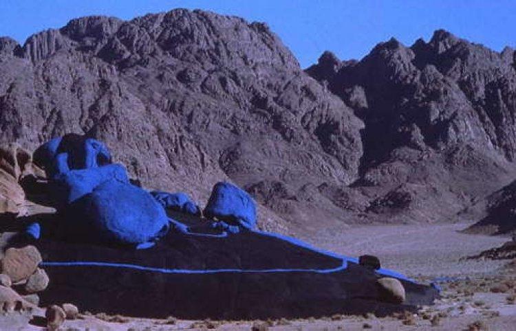الصحراء الزرقاء مزيج بين الفن والطبيعة
