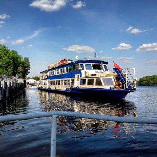جولة على أحد القوارب الكبيرة في نهر موسكفا في موسكو