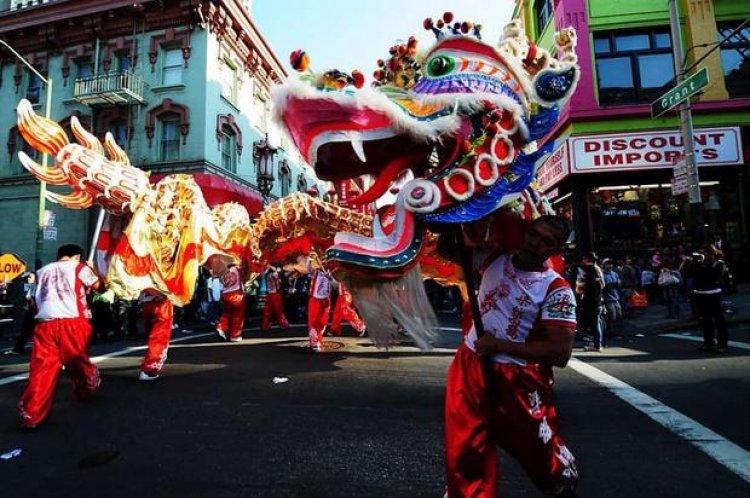 أحد المهرجانات الصينية الشعبية في الحي الصيني