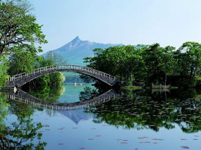 جسر علي بحيرة في هوكايدو