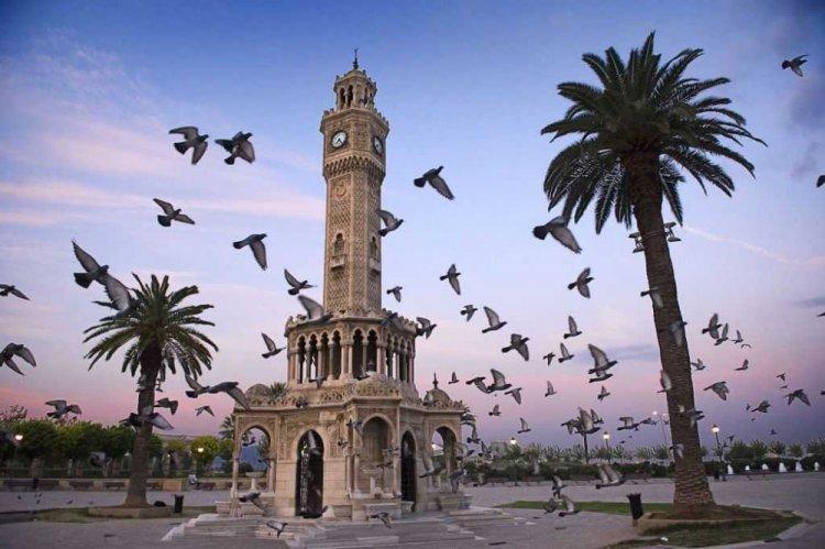 يتوسط برج الساعة الميدان الرئيسي لإزمير