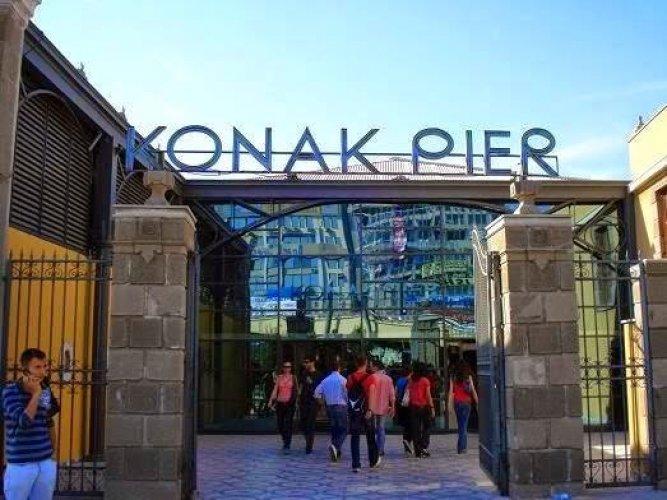 افتتح كوناك بيير عام 1890 في ميناء ازمير