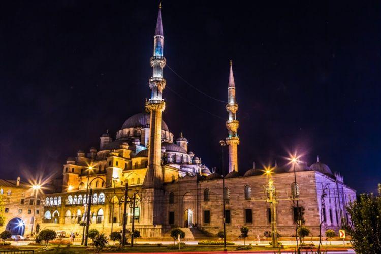 يقع مسجد السليمانية في قلب مجموعة من الاعمال المعمارية