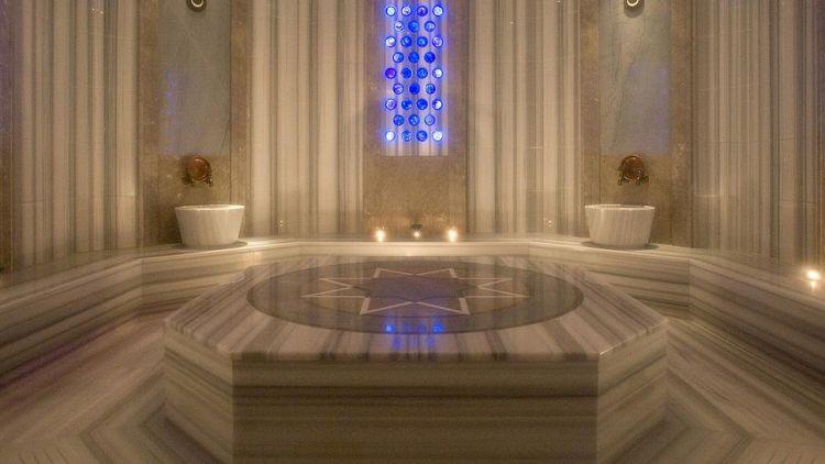 يقع حمام فور سيزنز في فندق فور سيزونز