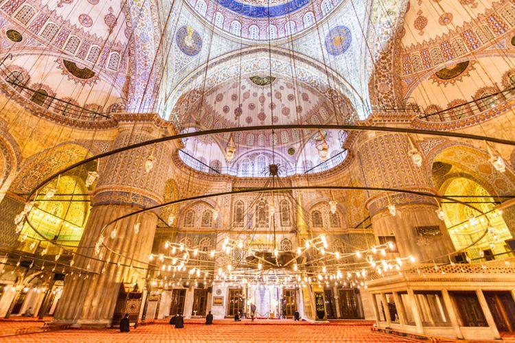 داخل الجامع الأزرق أو السلطان أحمد