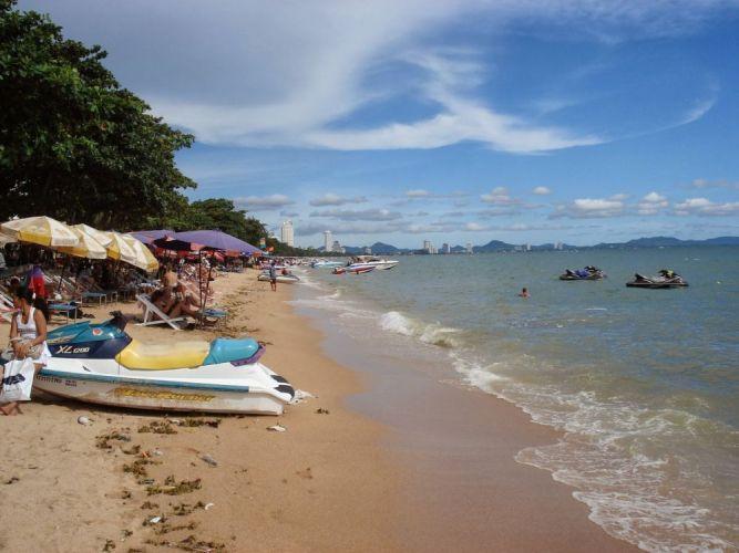 يمتد شاطئ جومتين على مسافة 6 كم من السواحل الرملية