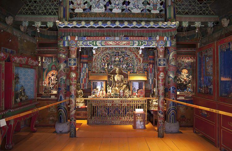 من داخل معبد لاما في بكين الصين