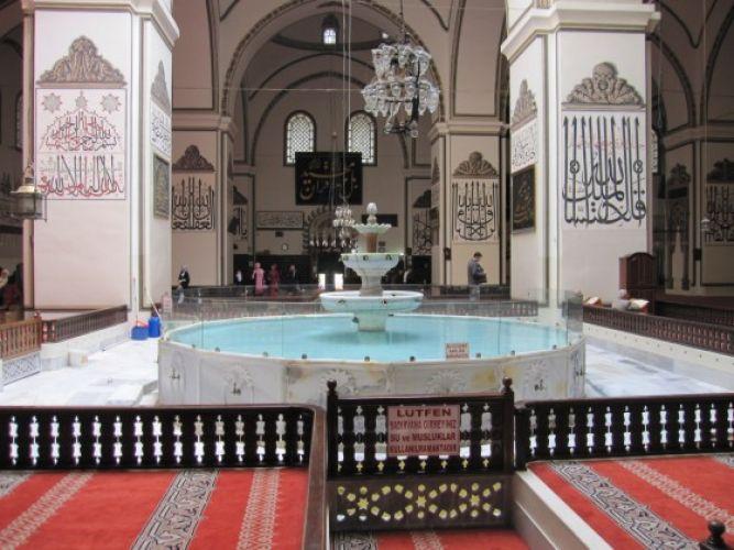 بحيرة في وسط قاعة الصلاة