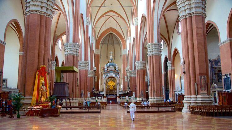 كنيسة القديس بيترونيو من الداخل
