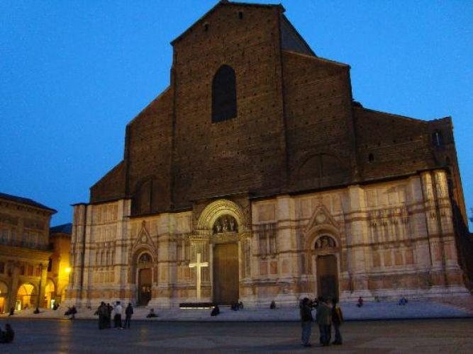 كنيسة القديس بيترونيو في بولونيا - إيطاليا