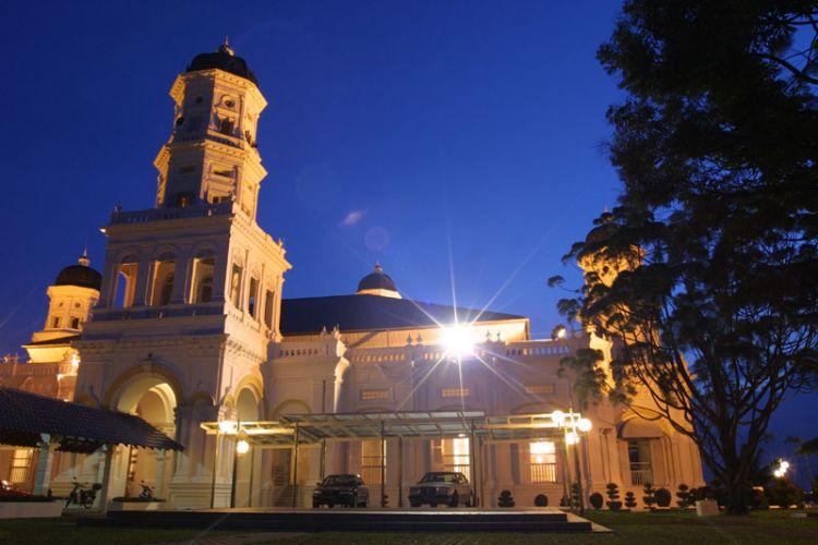 مسجد السلطان أبي بكر بالليل