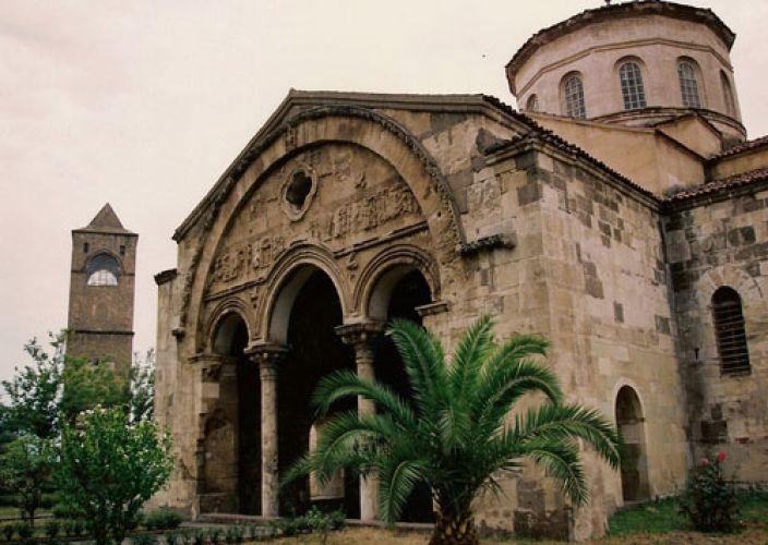 متحف آيا صوفيا في طرابزون تركيا سائح