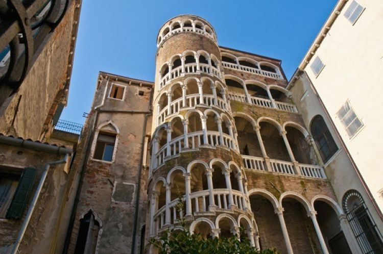 قصر بالازو ديل كونتاريني بوفولو في فينيسيا