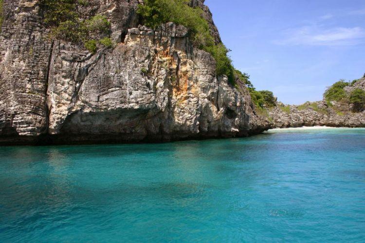 تحتوي الجزيرة على سلسلة من الشواطئ
