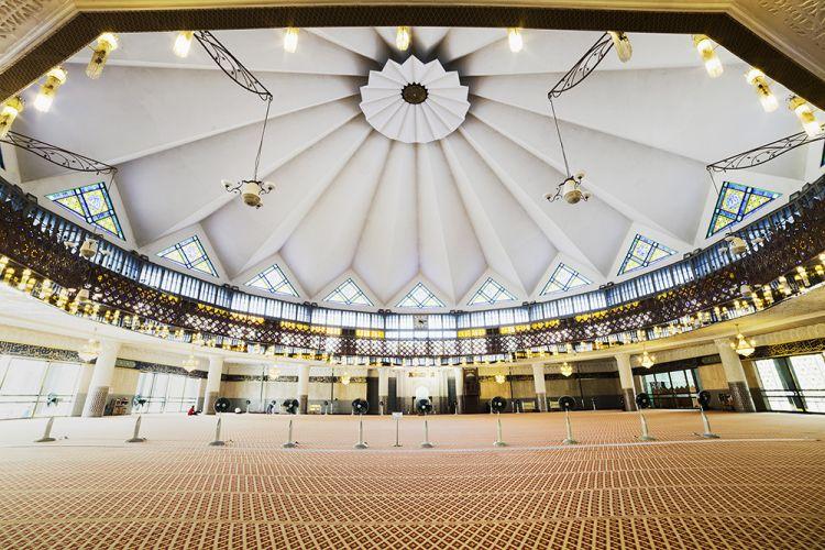 داخل المسجد الوطني في كوالالمبور