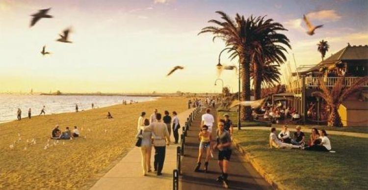 شاطئ سانت كيلدا هو الشاطئ الرملي الذي يمتد إلى حوالي 700 متر