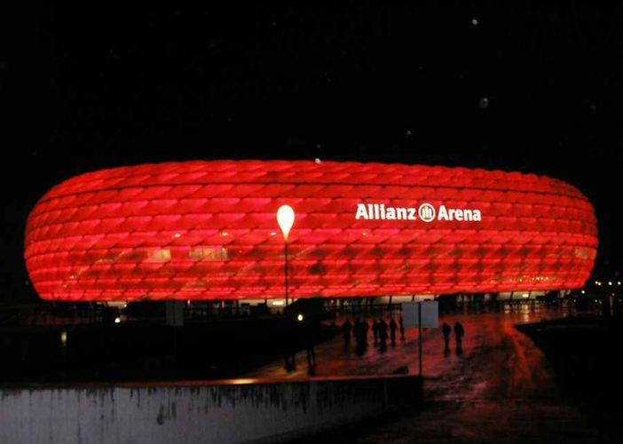 ملعب أليانز أرينا في ميونخ بالليل
