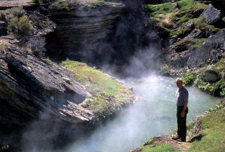البخار يتصادع من مياه النهر المغلى