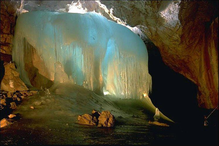اكبر كهف جليدى في العالم