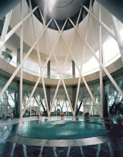 سقف متحف علوم الفن يظهر كصحن يقوم بتجميع مياه الأمطار