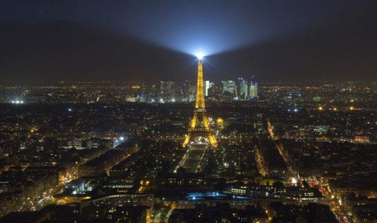 إضاءة برج إيفل في باريس