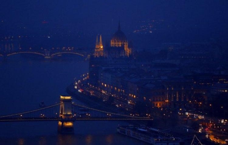 إضاءة نهر الدانوب في بودابست
