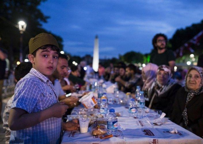 موائد رمضانية فى ساحة مسجد السلطان أحمد