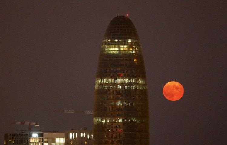 برج توري أغبار في برشلونة على خلفية البدر ليلةَ تِمّه