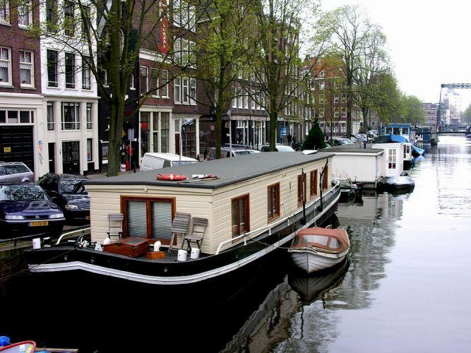 المركب في أمستردام