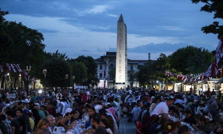 الافطار فى ساحة مسجد السلطان أحمد