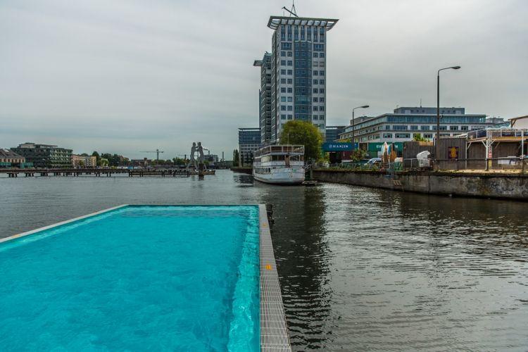 بركة السباحة بادشيف بارج في برلين