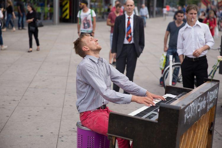 شخصايعزف البيانو داخلالسوق