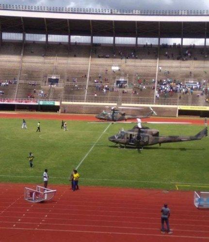 فريق يصل إلى الملعب بطائرة هليكوبتر