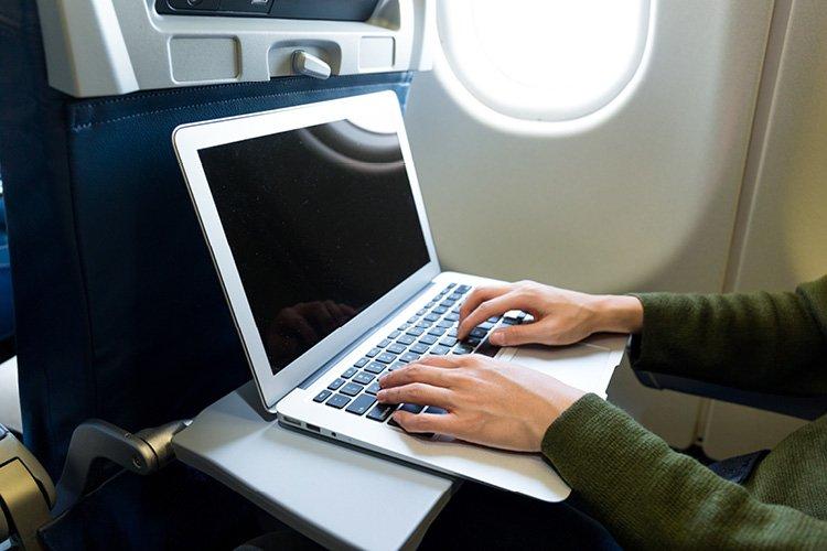 الأجهزة الإلكترونية على مصر للطيران