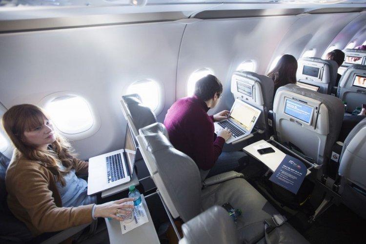 الأجهزة الإلكترونية فى الطائرة