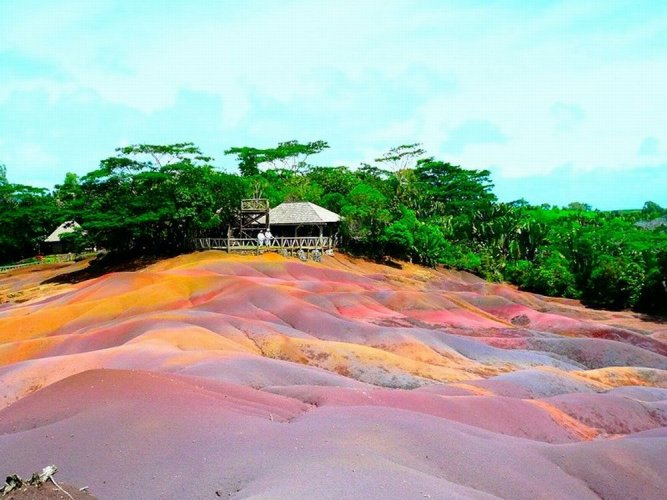 أرض تشاماريل الملونة
