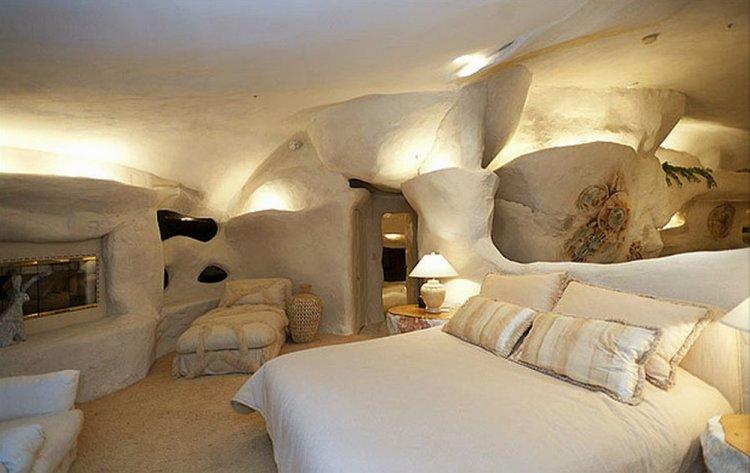 منزل محفور بالكامل داخل صخرة في كاليفورنيا